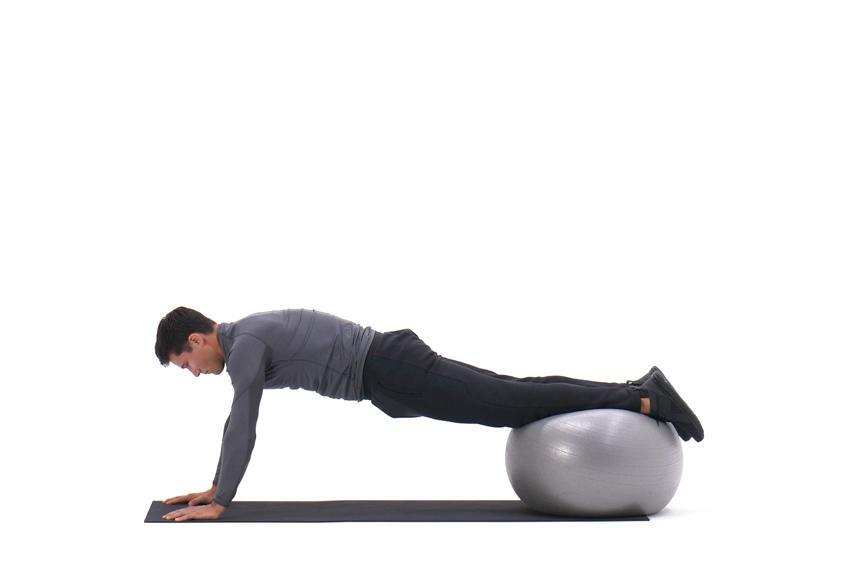 Подтягивание коленей к груди в упоре лежа, ноги на фитболе