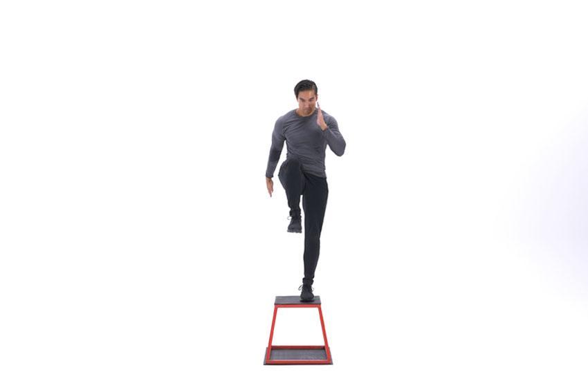 Шаг на платформу с подъемом колена